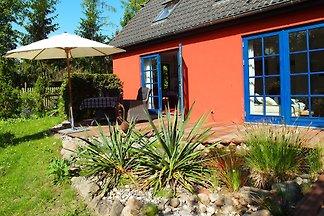 Rød Hus mit Klavier zwischen 2 Seen