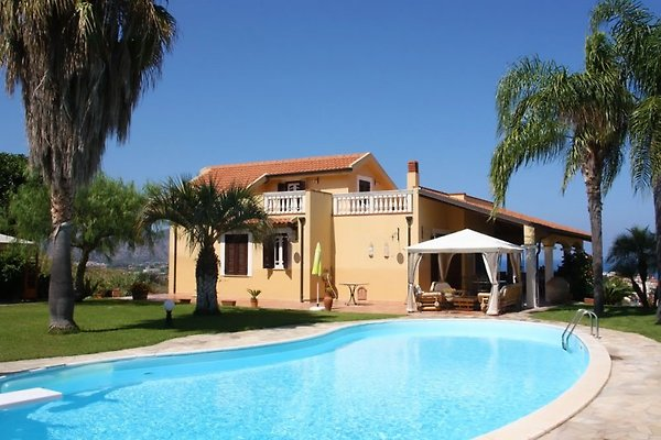 Villa Falcone con piscina en Falcone - imágen 1
