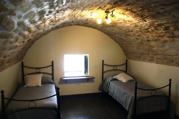 Rustikales Schlafzimmer mit Dachgewölbe aus Stein