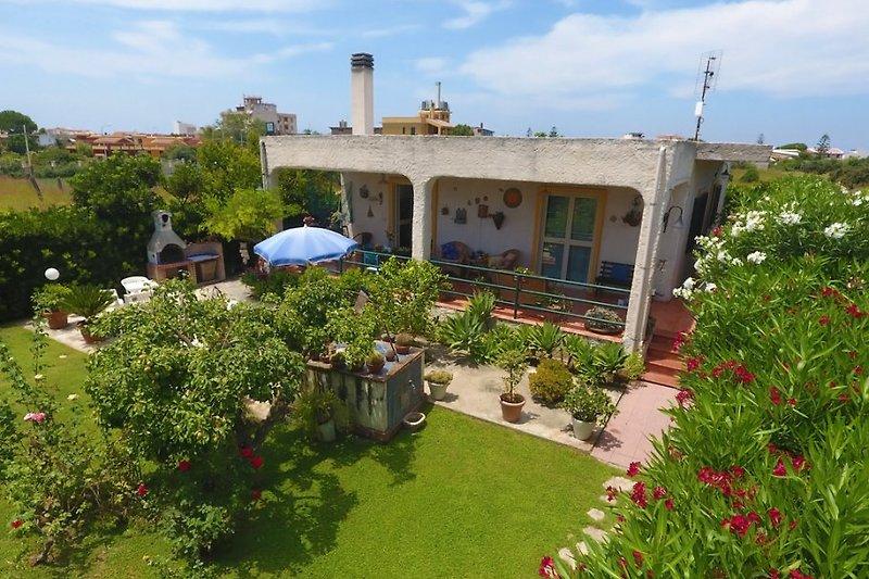 Die  Villa Melograno mit Garten und Terrasse