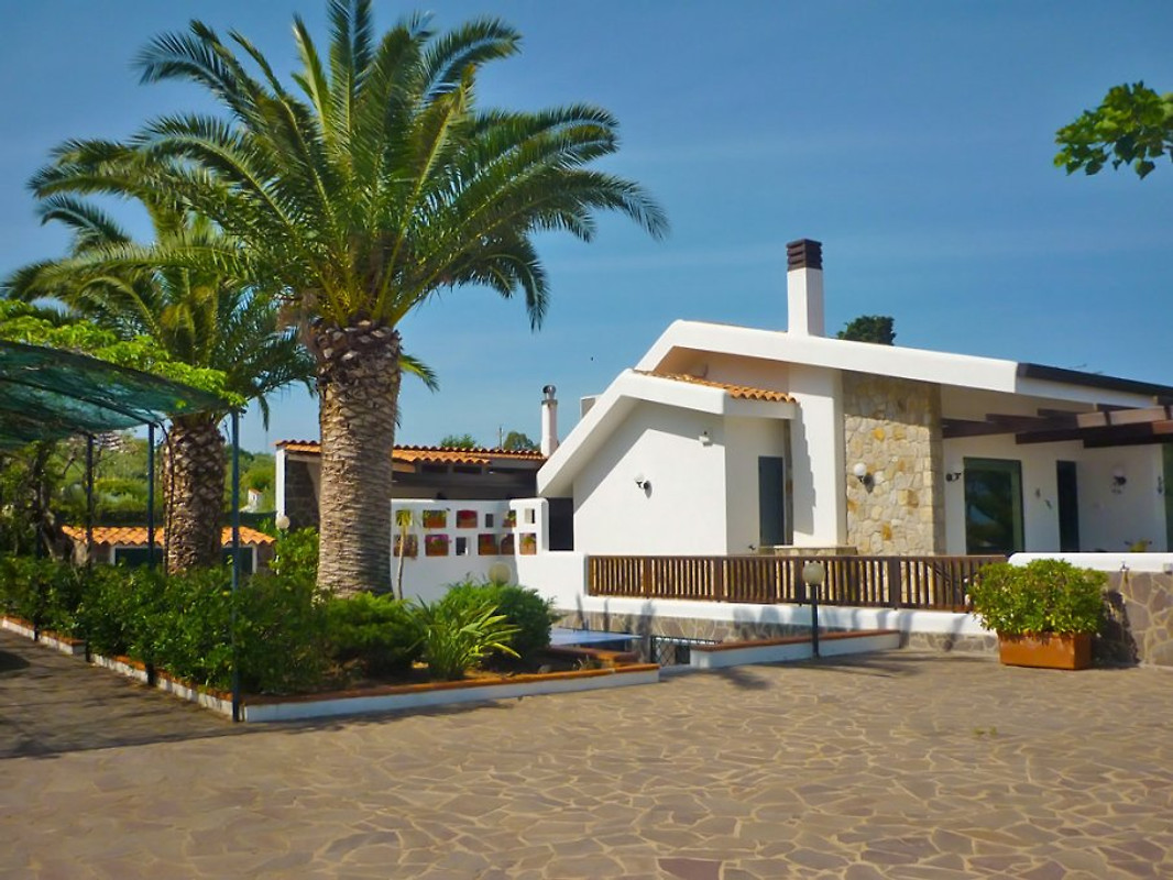 villa dorina ferienhaus in furnari mieten. Black Bedroom Furniture Sets. Home Design Ideas