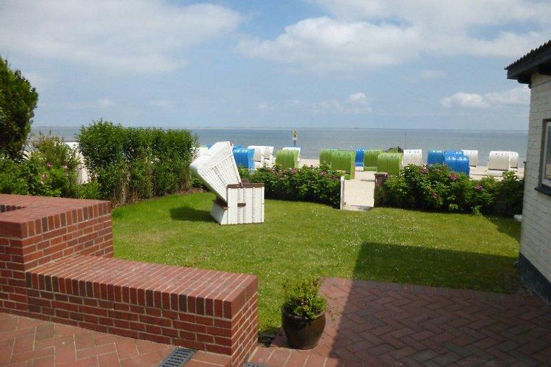 Der Garten mit großer Terrasse und Strandkorb steht nur den Gästen der Wohnung zur Verfügung.