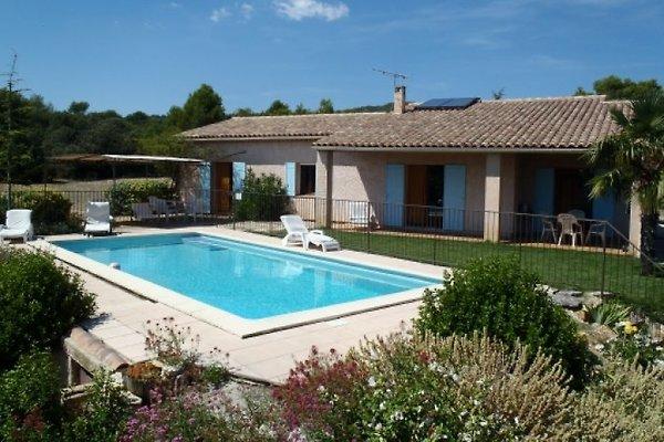Ferienhaus in der Provence in provençalischen Stil mit großem Schwimmbad (10 x 5m) auf großem Gelände (nicht eingezaeunt) mit Obst- und Olivenbäumen; Panoramablick auf den Luberon. Sehr ruhige Lage ohne Nachbarschaft, 1km vom Dorf entfernt Eingerichtete K