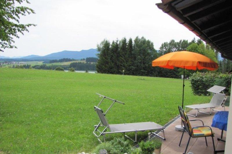 Terrasse mit Aussicht auf Berg und See