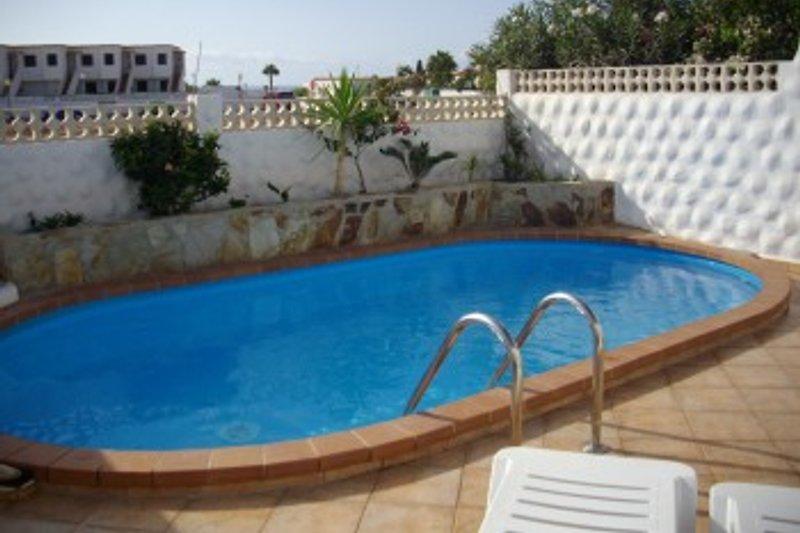 Sonnige Terrasse mit eigenem Pool