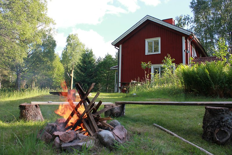 Hausansicht vom Garten aus, Feuerstelle.
