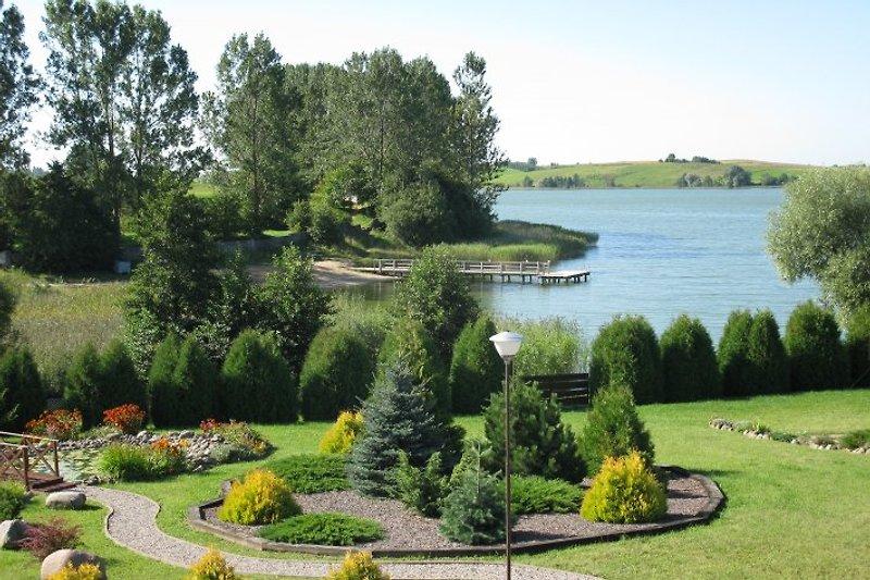 Der wunderschöne Garten direkt am See