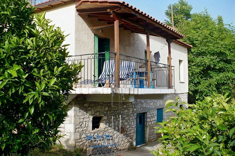Das Haus, umgeben von Orangen-, Oliven- und Walnussbäumen