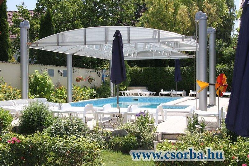 Solargehezter Swimmingpool mit Sonnenterrassen