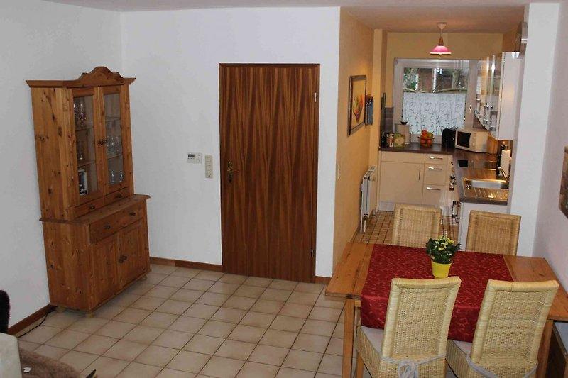 Wohnraum mit Blick in Küche