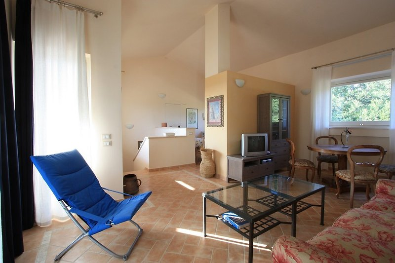 Wohnstube mit Sofa, Tisch und Internet