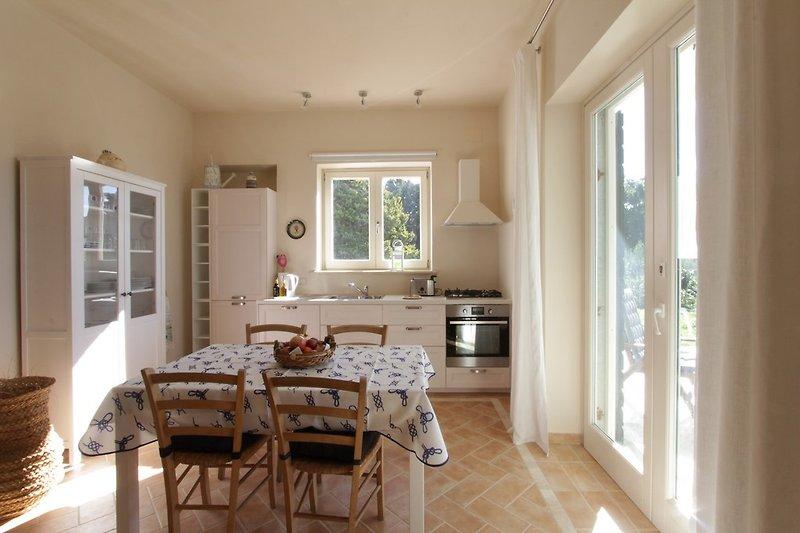 Wohnstube mit Kochecke und Zugang zur Terrasse