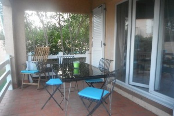 Auf der überdachten Terrasse kann man bei jedem Wetter gemütlich sitzen