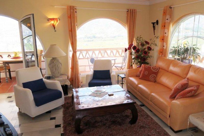 Wohnbereich mit Ledersofa und zwei Sessel