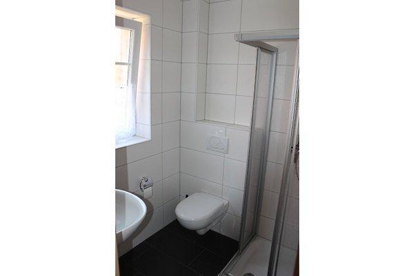 Erstes Von 2 Badezimmern, Jeweils Mit Dusche