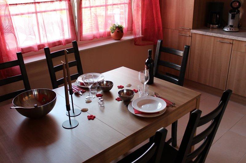 gemütliche Küche mit großem Esstisch