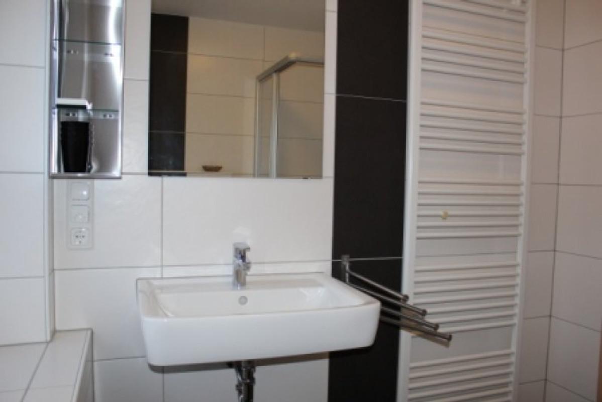 Zweites Badezimmer Mit Dusche, Handtuchheizung