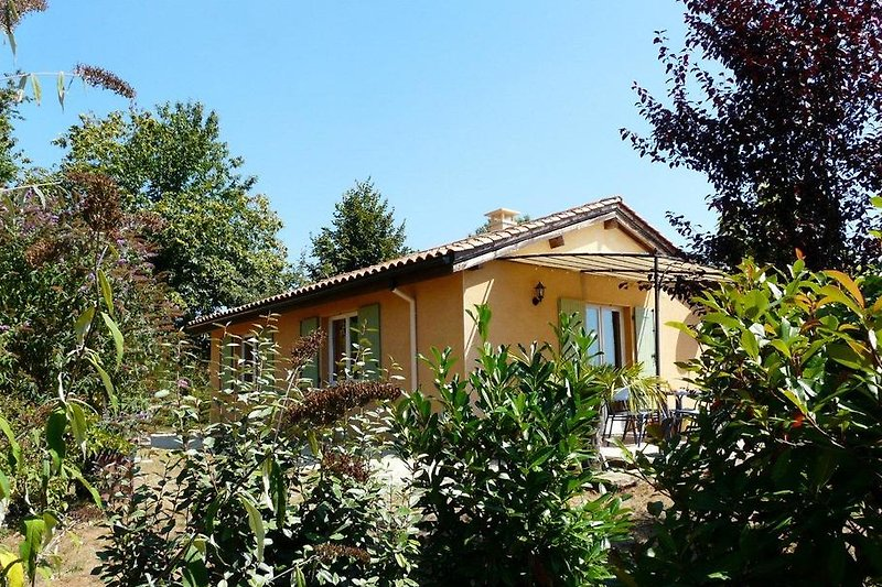 Ferienhaus mit Sonnensegel überdachter Terrasse