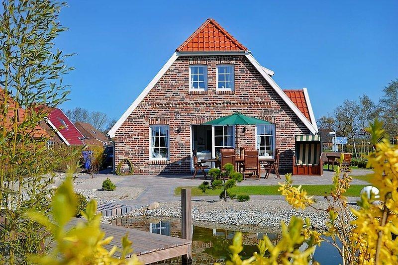 Das Haus von vorne, mit Sonnenbank!