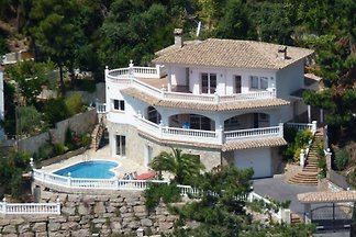 Beautiful villa for 18 persons with sea view and a fantastic roof terrace, a private pool and barbeque.