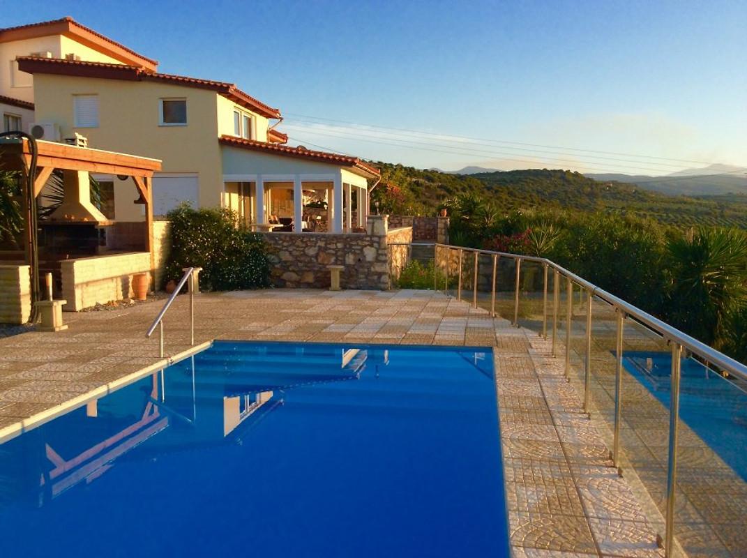cr te villa avec piscine priv e maison de vacances viran episkopi louer. Black Bedroom Furniture Sets. Home Design Ideas