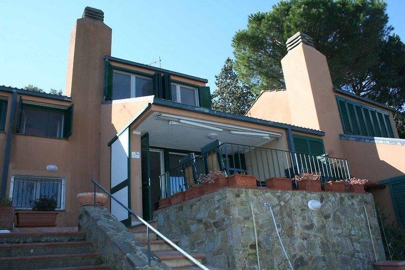 Über eine Außentreppe erreicht man die Terrasse und den Eingang der Wohnung