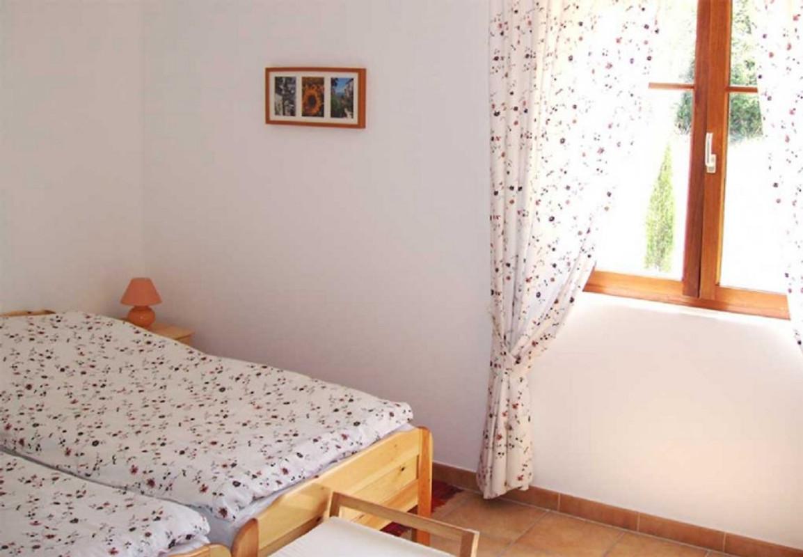 ferienhaus mit gr garten ferienhaus in labastide de virac mieten. Black Bedroom Furniture Sets. Home Design Ideas
