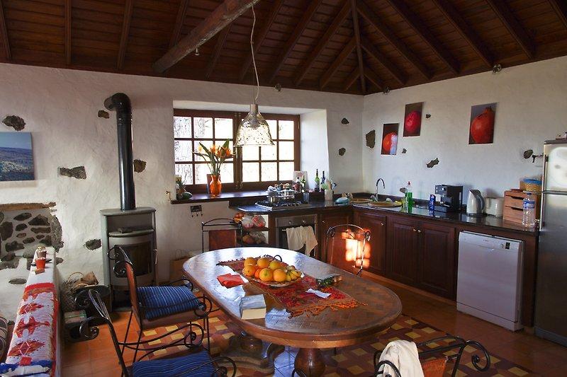 Altes Weinlager, heute eine sehr gut ausgestattete Küche mit Kaminofen