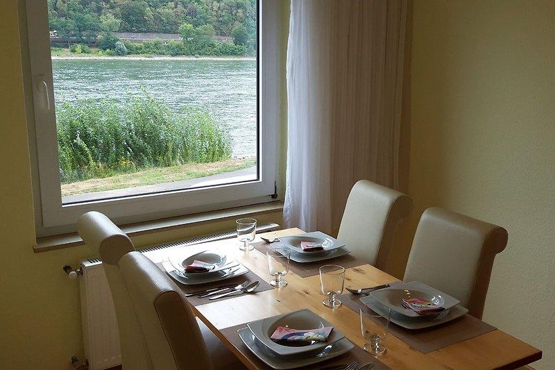 Esstisch mit Blick auf die Rheinschifffahrt