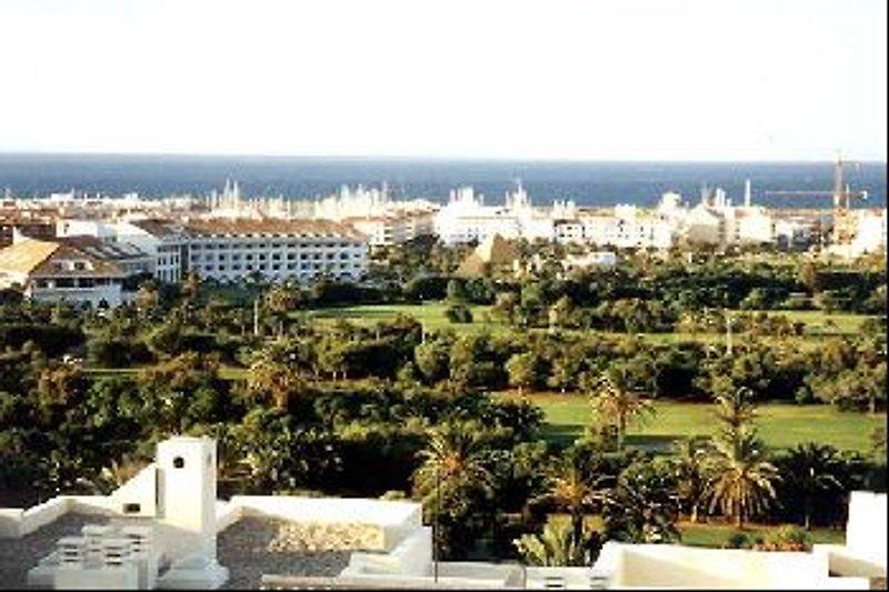 Panoramisches Aussicht aus aufs Meer und auf die Golfanlage.