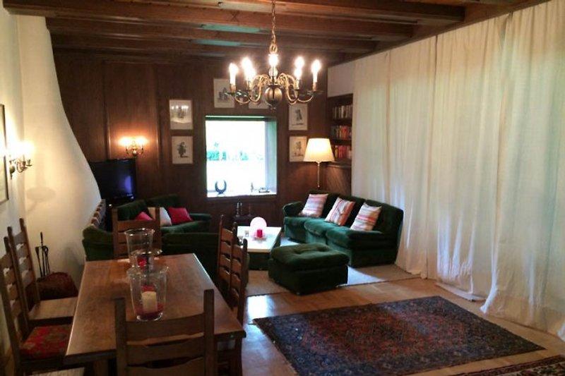 Wohnzimmer mit Sitzecke und ofenem Kamin