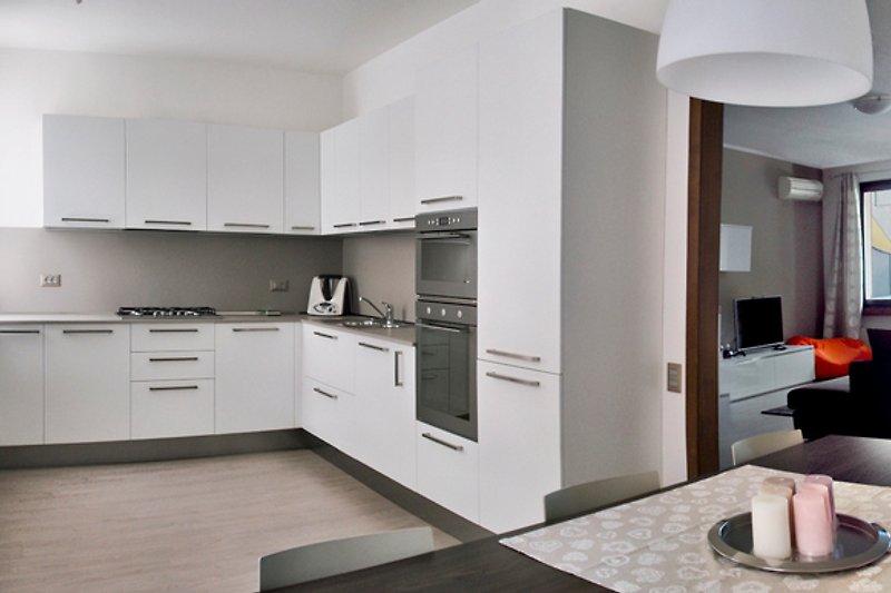 Küche mit Esstisch und Blick auf den Wohnraum