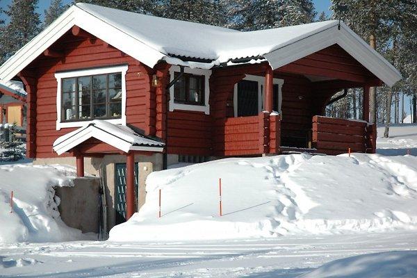 Ein typisch handgefertigtes Blockhaus mit überdachtem Altan als Eingang. Schöne ruhige Lage am Ende einer Sackgasse.