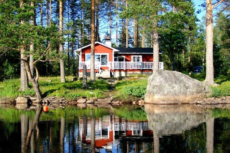 The property is gorgeously located with a large beachfront directly on the lake Nissången in the province Dalarna.