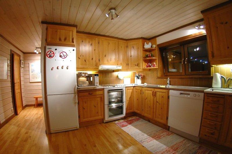 Gut eingerichtete Küche (Standard Villa) mit Vierplattenherd, 2 Backofen und Spülmaschine