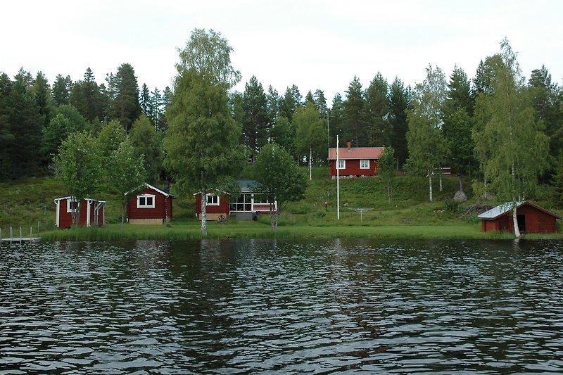 Gebäude (von links nach rechts): Sauna, Gästehaus, Hauptgebäude und Bootshaus. Hinter dem Fahnenmast ist ein zusätzliche