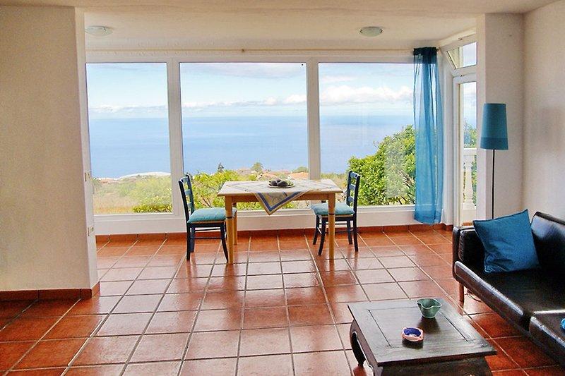 Panoramablick aus dem Ferienhaus auf das Meer