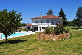Maintained holiday house with large garden and pool