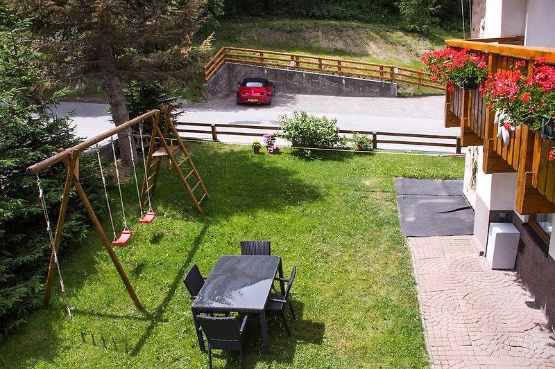 Der große Garten bietet für klein und groß Abenteuer und Spaß