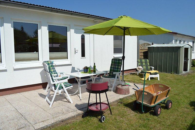 Außenbereich mit Terrasse, Bollerwagen, Sitzmöbel & Gartengrill