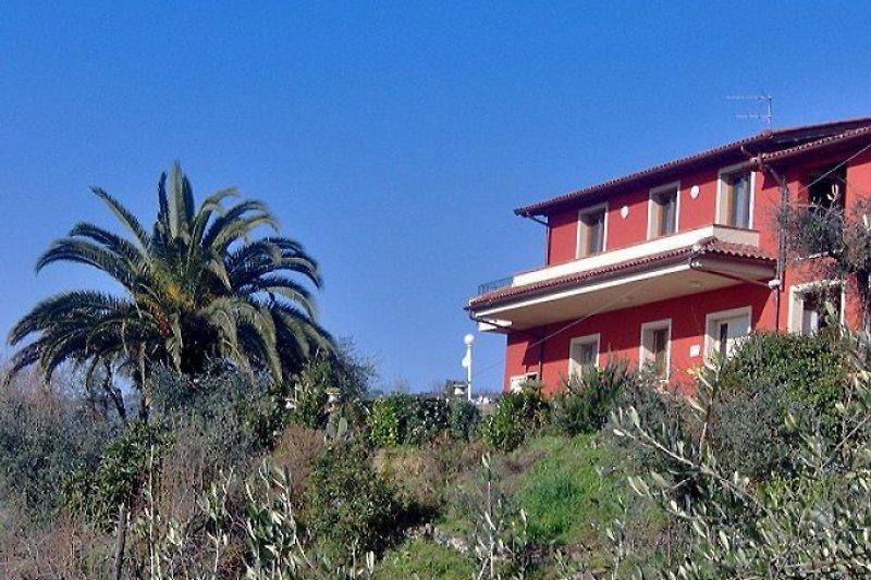 Traumlage: Ferien-Villa mit 3 Wohnungen, wahlweise mit Privat-Pool zur alleinigen Nutzung (es wird nur LA TERRAZZA vermietet, die beiden anderen Wohnungen werden nicht vermietet und bleiben verschlossen) oder mit Gemeinschaftspool