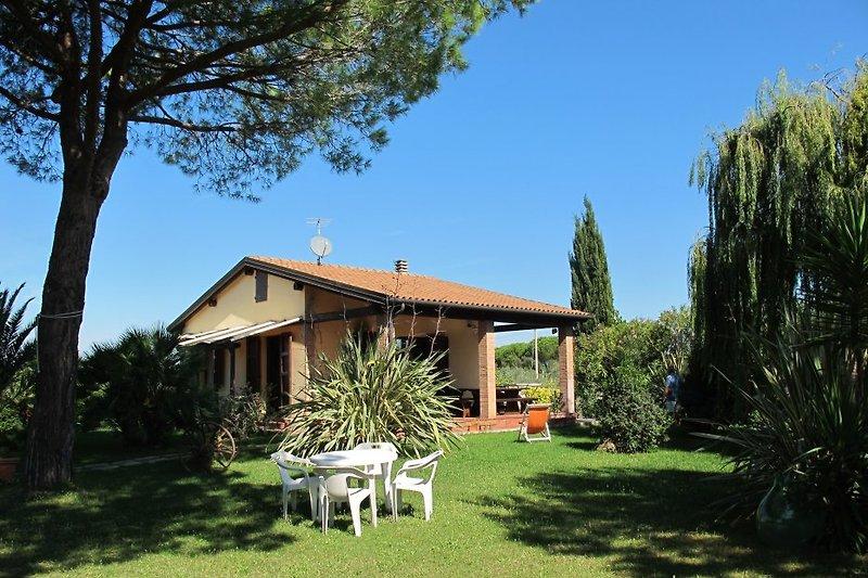 Nur 5 km zum Meer: MARINA ist ein an 4 Seiten freistehendes Ferienhaus, ca. 70 qm, für 4 Personen, inmitten eines großen eingezäunten Gartens mit Pool.