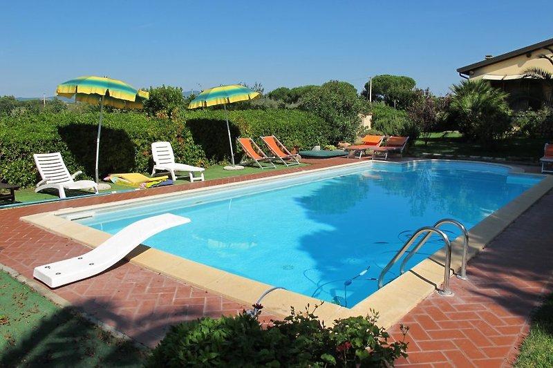 Unmittelbar vor dem Haus liegt der großzügig geschnittene Pool mit Hydromassage, der vom Eigentümer gelegentlich mitbenutzt wird.