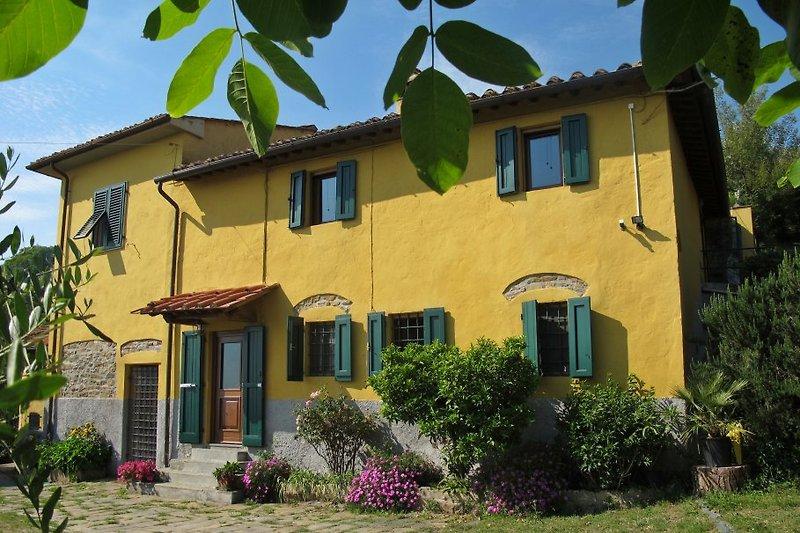 Il FIORETO ist ein alleinstehendes, ca. 195 qm großes Ferienhaus für 6 Pers. auf einem komplett eingezäunten Grundstück mit Olivenhain und vielen großflächigen Wiesen. Dieses absolut typische und urige Bauernhaus wurde vor 1700 erbaut und in 2004 restauri