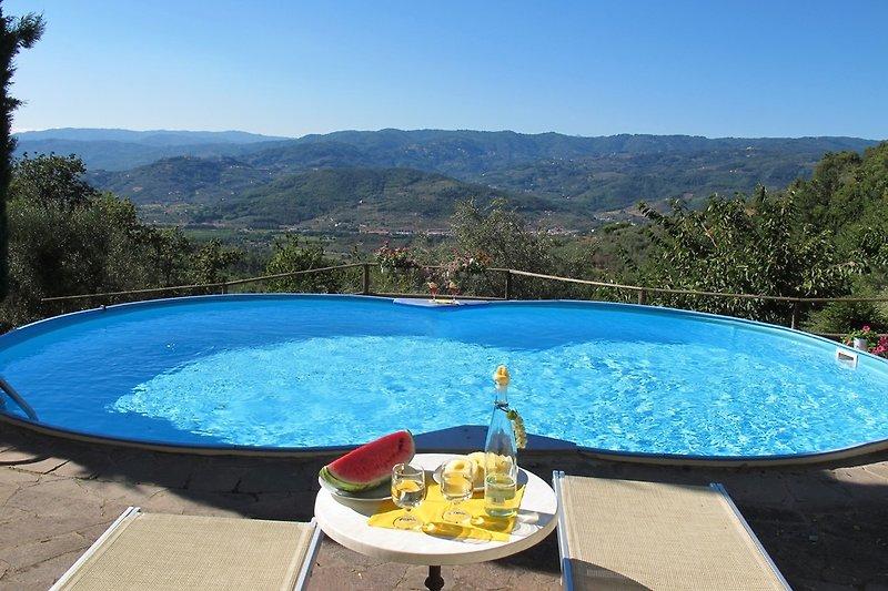 In Traumlage: Privater, uneinsehbarer Panoramapool mit Aussendusche in den Hügeln bei Monsummano Alto..