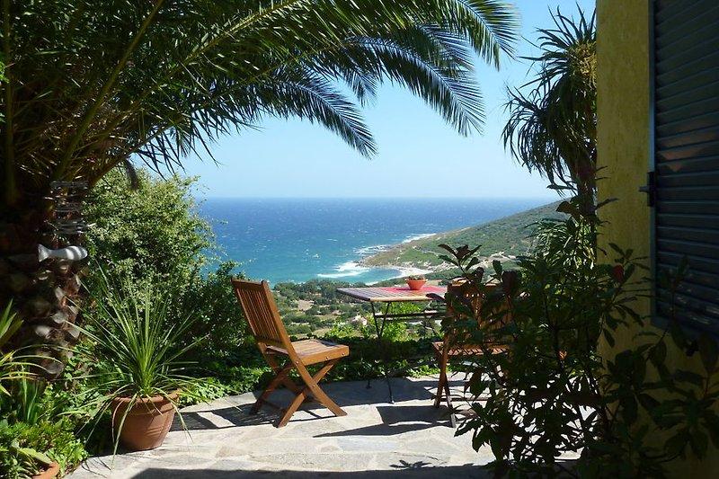 Terrasse mit Meer- und Strandblick
