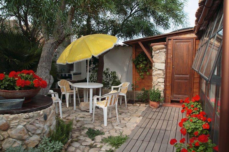 Garten mit Blick auf Sitzgruppe und Außenbad