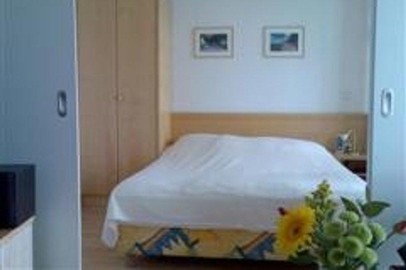Schlafzimmer mit Schiebetür zum Wohnraum