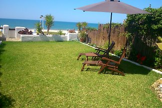 Chalet pareado  en el mismo  paseo marítimo, se accede desde el jardín, casa perfectamente acondicionada, jardin privado, porche abierto. Preciosas vistas del mar