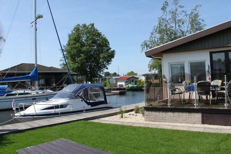 Chalet G71, hier mit Sportboot Aqualine 550, 50 PS